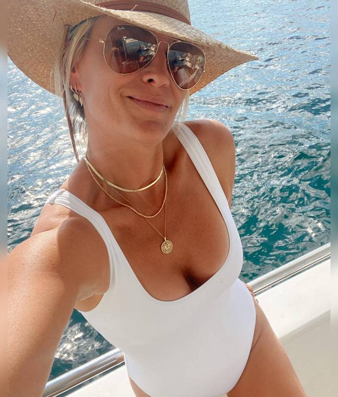 Molly Sims Sexy Boobs In A Swimsuit