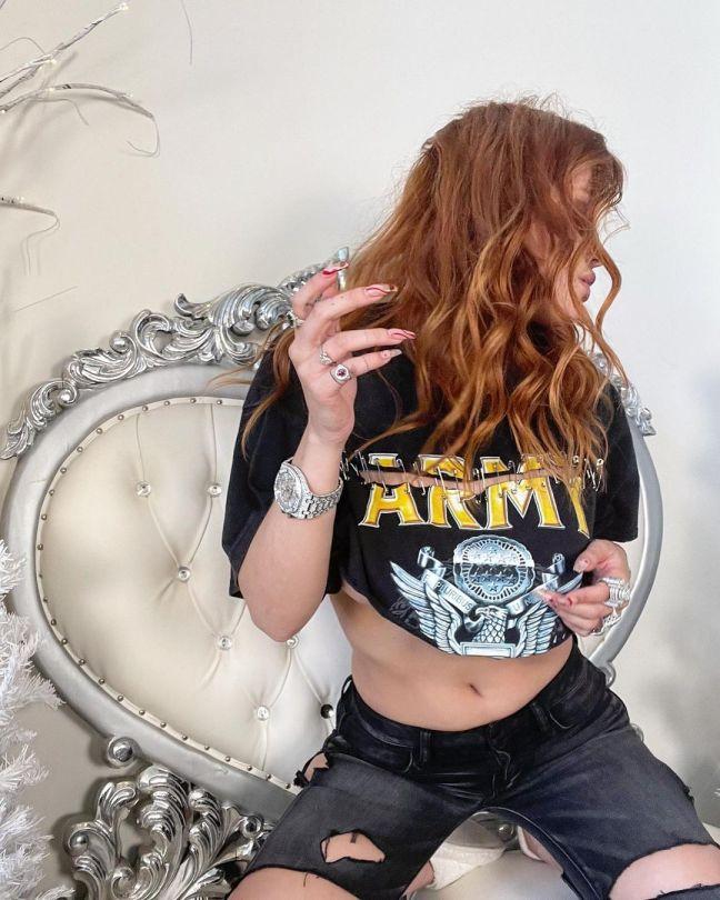 Belle Thorne Sexy Underboobs