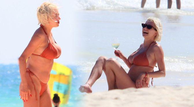 Caroline Vreeland – Huge Boobs in BIkini on the Beach in Tulum