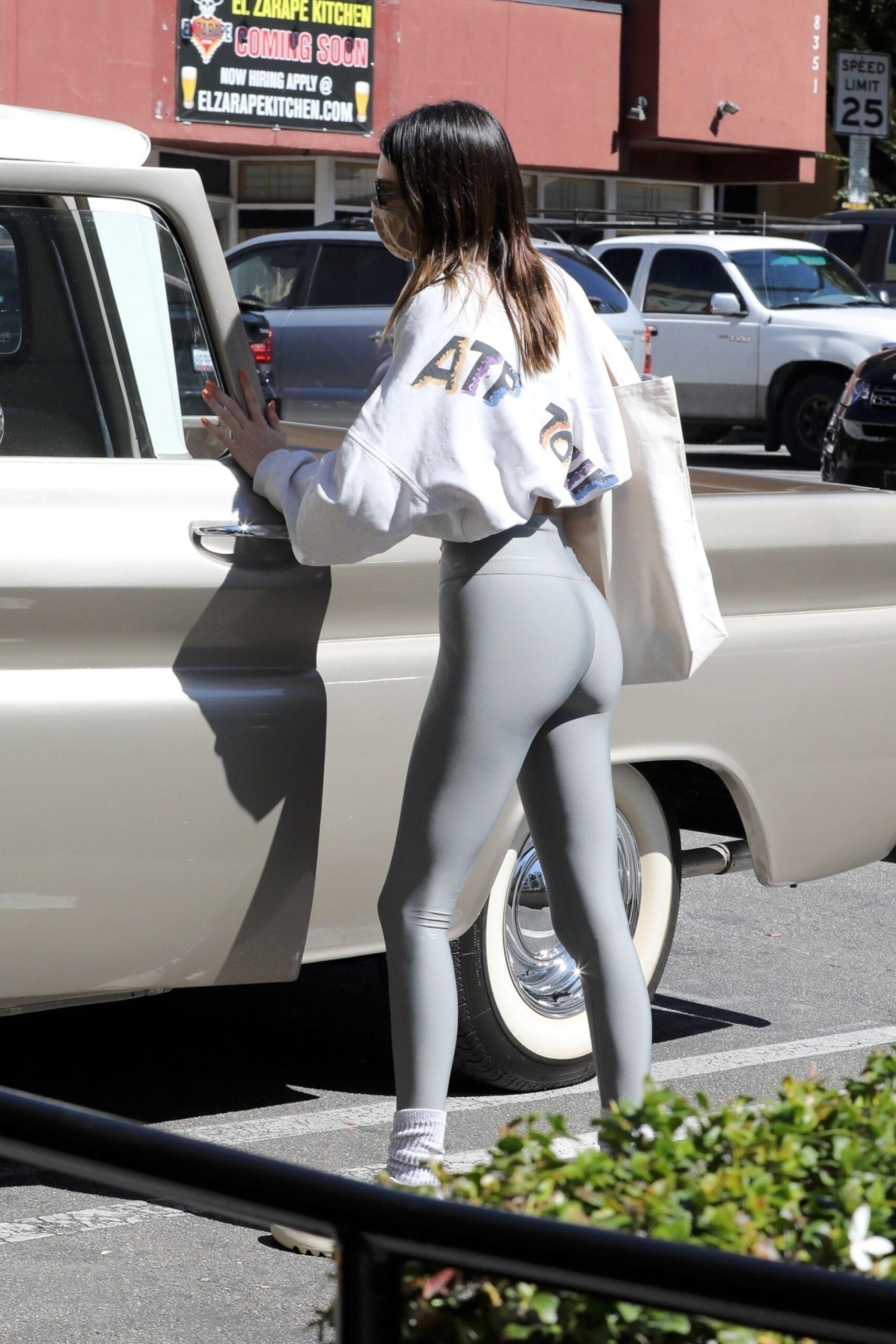 Kendall Jenner In Tight Leggings