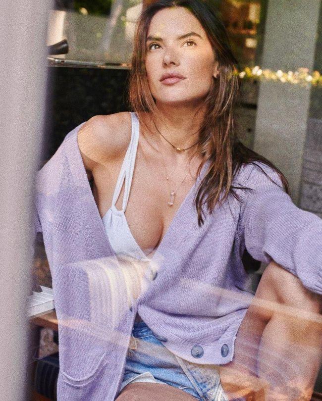 Alessandra Ambrosio Sexy Boob