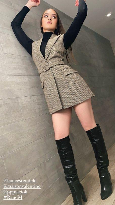 Hailee Steinfeld Sexy Legs In Boots