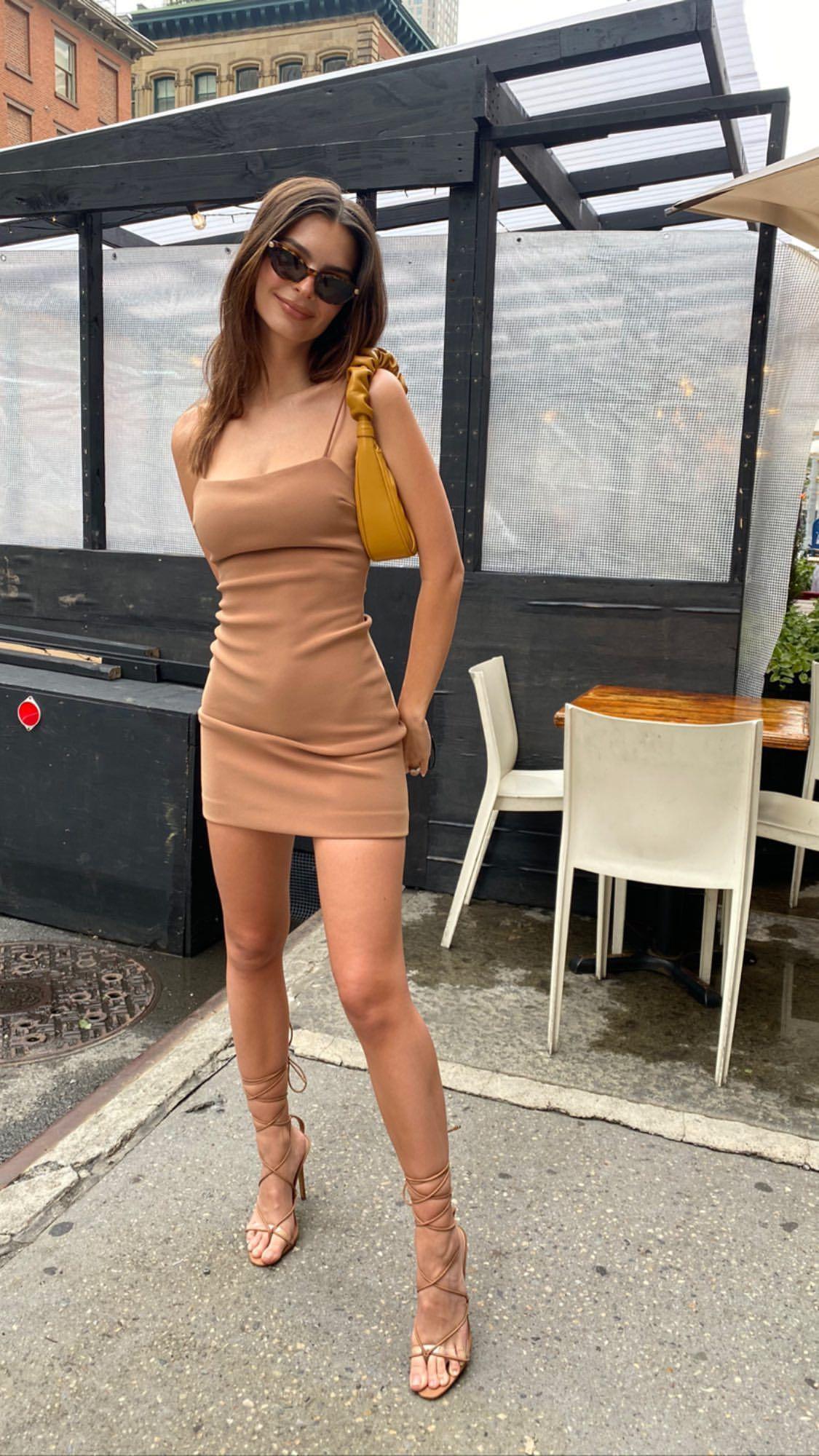 Emily Ratajkowski Gorgeouss Body In Sexy Dress