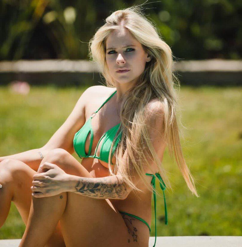 Avrile Lavigne Sexy In Small Bikini
