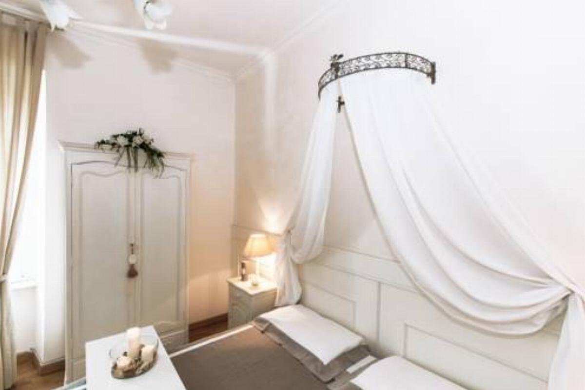 Abbarbicato sulle colline sopra specchia, uno dei 100 borghi più belli d'italia, questo piccolo albergo a conduzione familiare è stato realizzato ristrutturando. Shabby Chic Hotel Roma Italy Overview