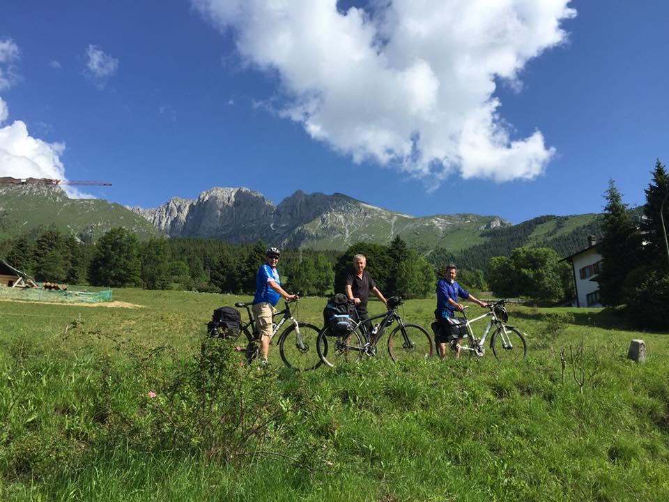 Ciclisti al passo della Presolana presso l'hotel Des Alpes[:en]Cycling to Presolana near Hotel Des Alpes[:]