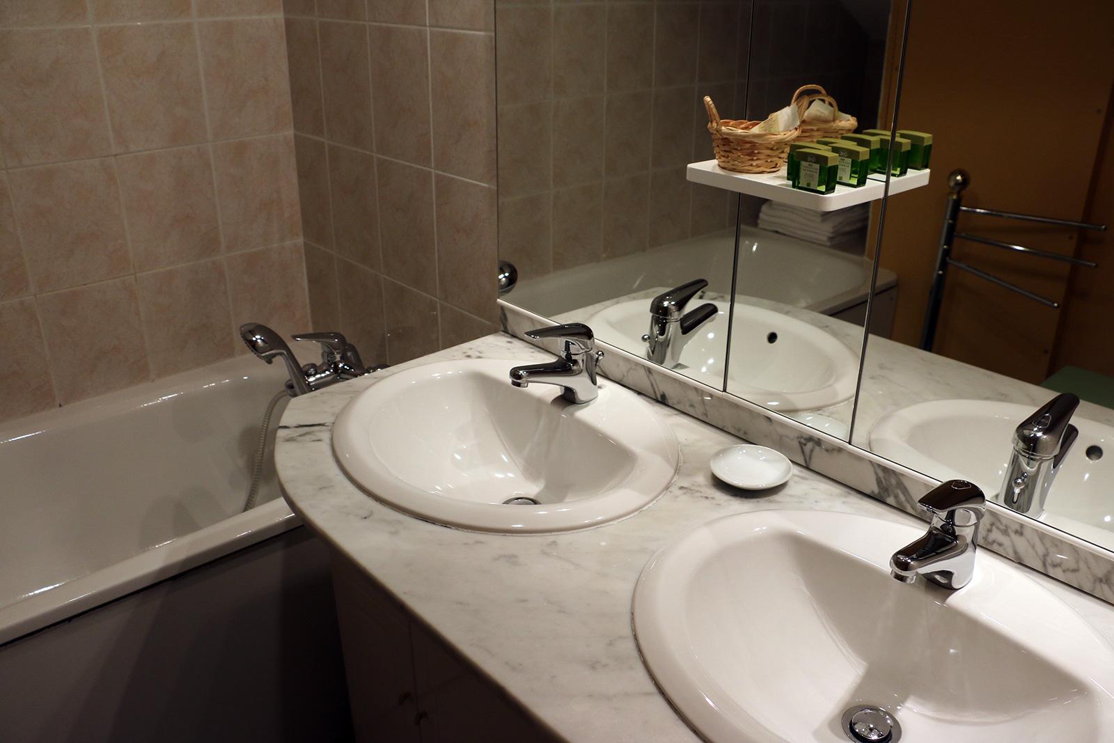 salle de bain baignoire Salle de bains – Chambre double – Maisonnette de l'hôtel du Nord – Restaurant Saint-Georges