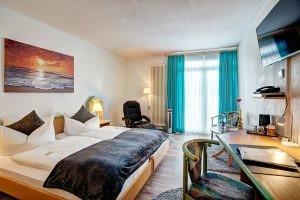 Helles Komfort Doppelzimmer mit Flatscreen, Schreibtisch und Relaxsessel