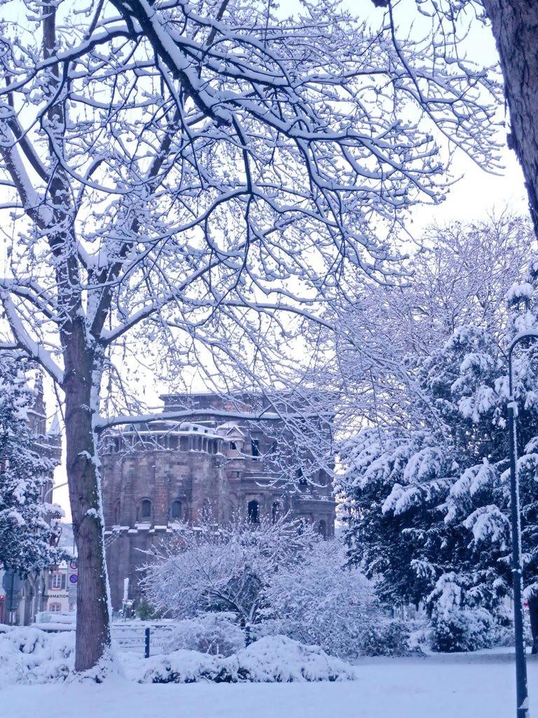 Porta Nigra Trier mit schneebedeckter Kulisse im Winter