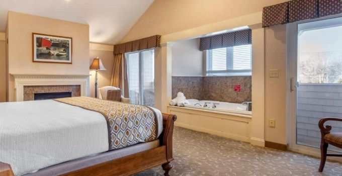 Whirlpool Suite with a fireplace in Meadowmere Resort, Ogunquit, Maine