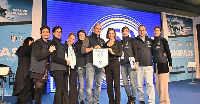 Deborah Compagnoni posa per una foto con il Comitato Organizzatore della Coppa del Mondo di Sci a Sestriere
