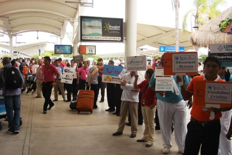 Representantes en el aeropuerto de Cancún