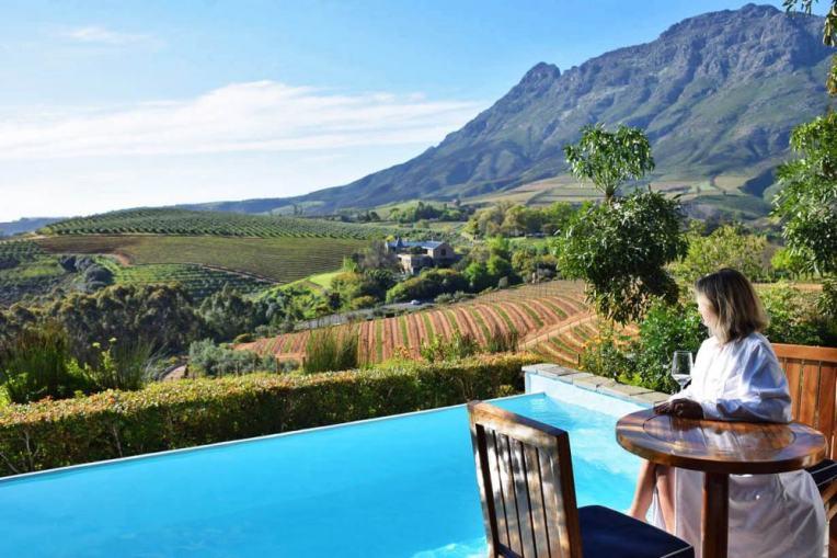 piscina na varanda dos apartamentos com vista para a vinicola