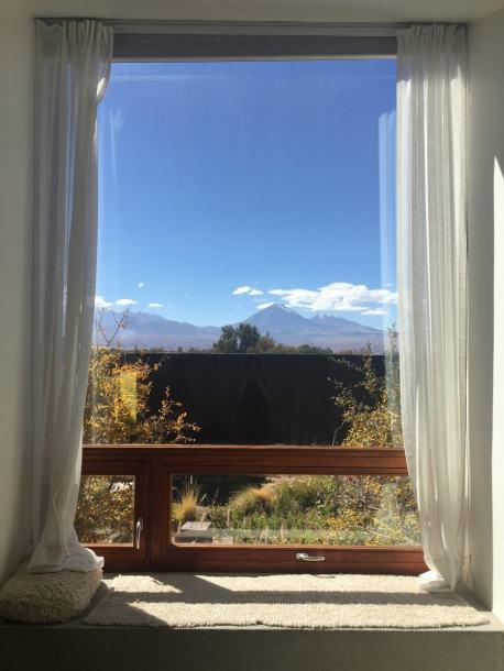 janelão com vista para o vulcão Licancabur
