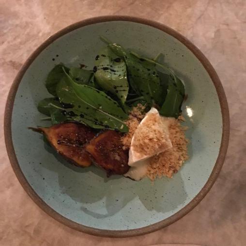 Salada de rúcula, queijo de ovelha e figos caramelados ao balsâmico - R$58