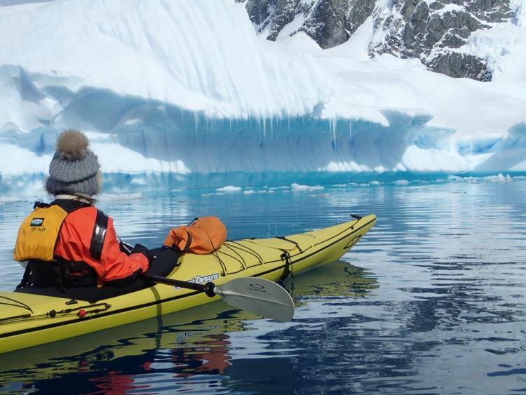 o asseando de caiaque na Antártica