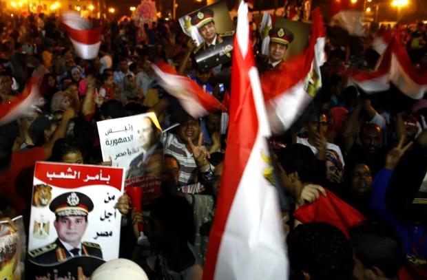 Partidarios del mariscal al-Sissi celebran su victoria en la plaza Tahrir de El Cairo.