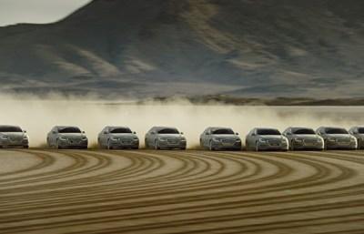 11 Mobil Hyundai Genesis berjalan beriringan membentuk tulisan