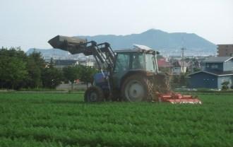 亀田中野町・畑の中のトラクター