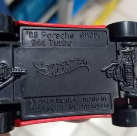 Hot-Wheels-89-Porsche-944-Turbo-004