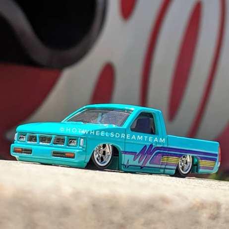Hot-Wheels-Car-Culture-93-Nissan-D21-Custom-Pickup-003
