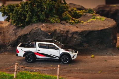 Tarmac-Works-Toyota-Hilux-TRD-Toyota-Gazoo-Racing-002