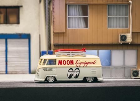 Tarmac-Works-x-Schuco-Volkswagen-Type-2 Mooneyes-001