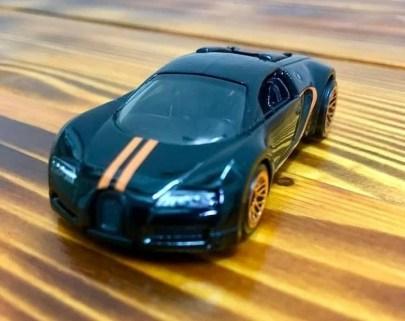 Hot-Wheels-Mainline-2021-Bugatti-Veyron-002