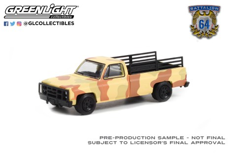 GreenLight-Collectibles-Battalion-64-Series-1-1987-Chevrolet-M1008-CUCV-Desert-Camouflage-with-Troop-Seats-in-Truck-Bed