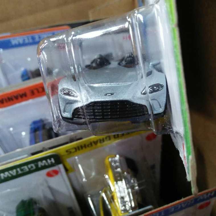 Hot-Wheels-Mainline-2021-Aston-Martin-V12-Speedster-003