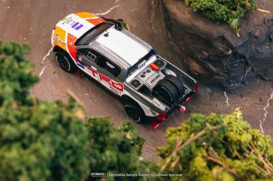 Tarmac-Works-Toyota-Hilux-TRD-001