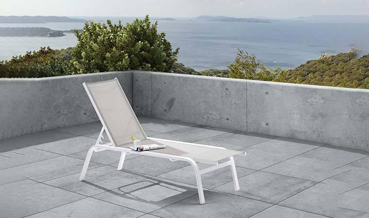 bain de soleil en alu blanc et tissu gris weekend