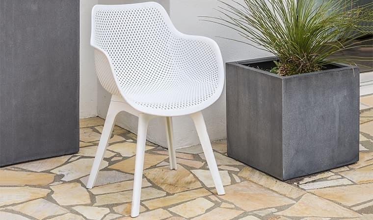 fauteuil de jardin blanc en pvc perfore scandinave scandi