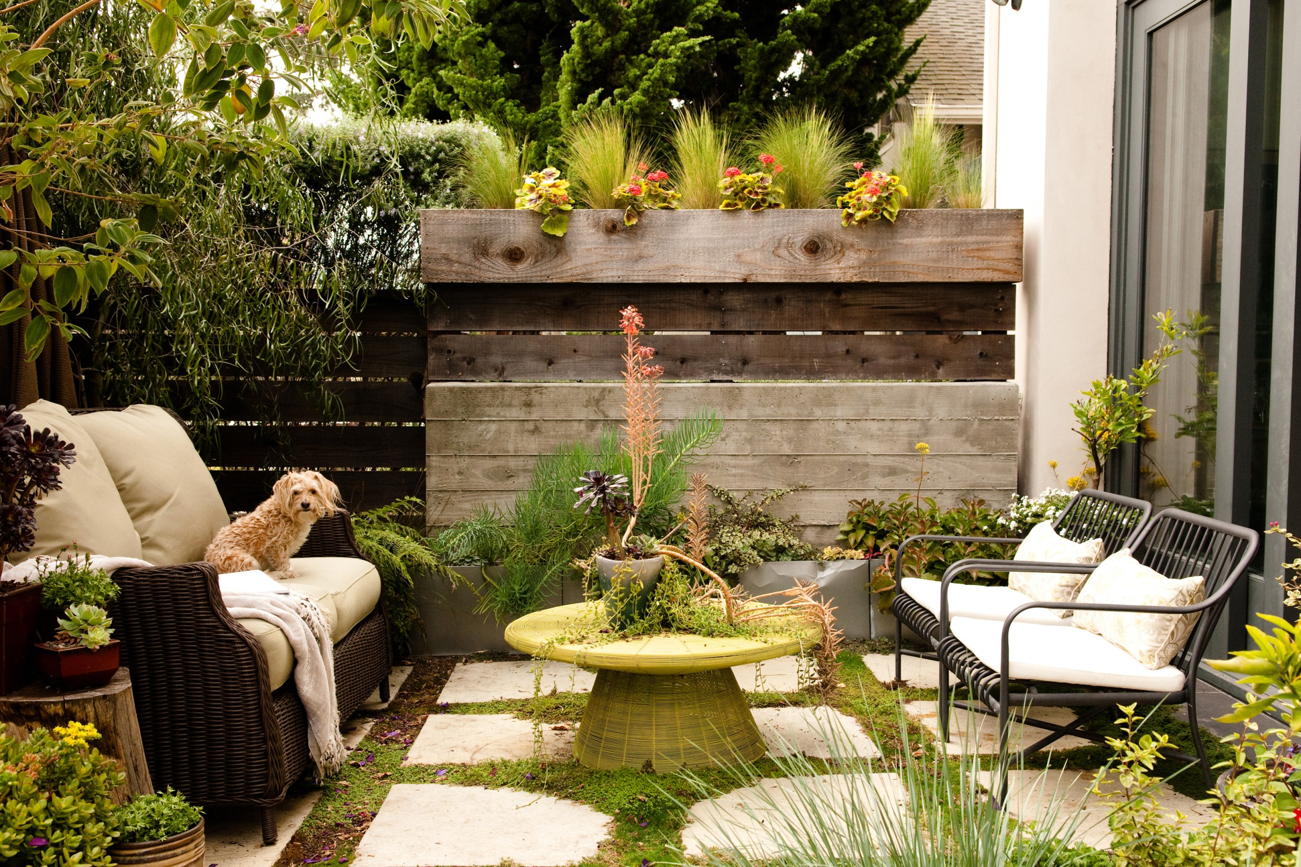 Small Backyard Ideas   How To Make a Small Space Look Bigger on Small Backyard Renovations id=63988