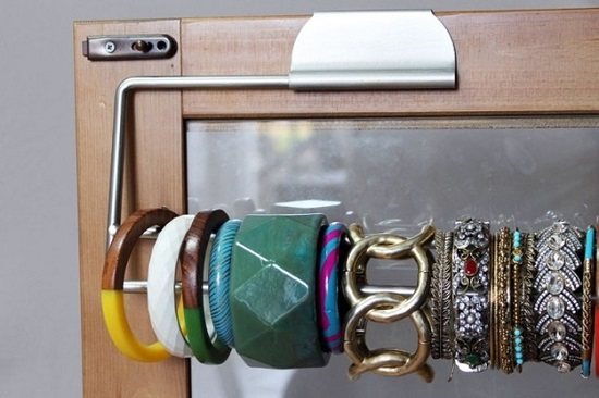 3 braccialetti su paper towel holder