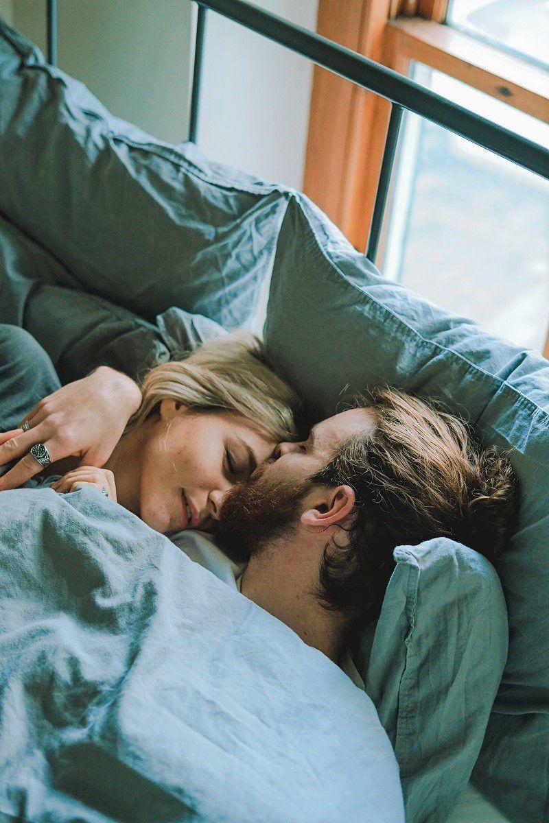 coppia romantica san valentino letto