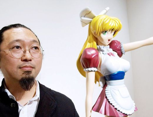 "Takashi Murakami posa con la sua opera""Miss ko2"" in una galleria di Tokyo. Foto: Hitoshi Katanoda/Bloomberg News."