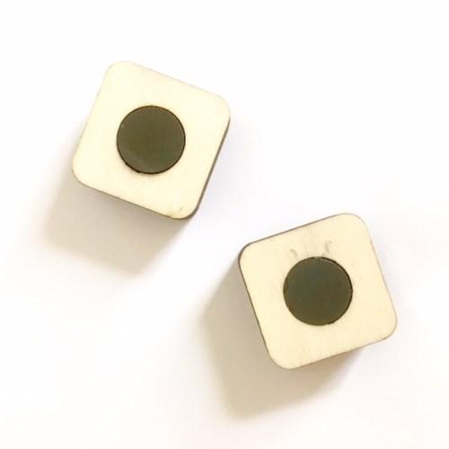 twee magneten houden de kaart op zijn plek met deze handgemaakte kaartenhouder