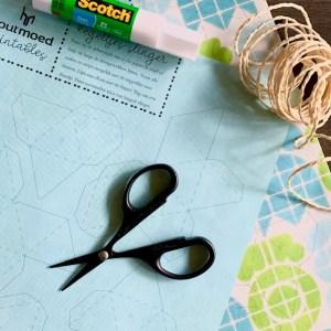 print op papier, je hebt zelf een schaar, lijm en touw nodig voor deze kegeltjes slinger maken
