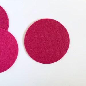 knalkleuren doen het goed in een wit interieur zoals deze vrolijke roze onderzetters