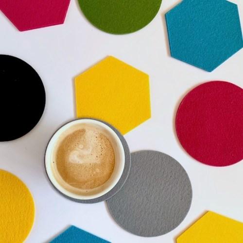 mix & match onderzetters van Houtmoed en creëer het idee van confetti op tafel