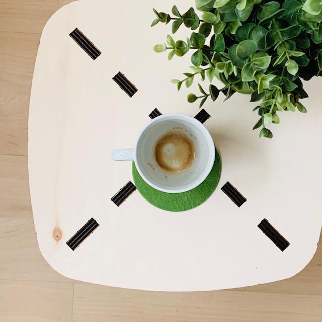 Houtmoed bijzettafel prachtig tafelblad met leeg kopje koffie