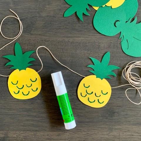 verdeel de ananassen over het touw en je slinger is klaar