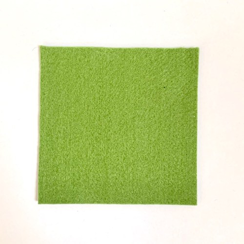 het vilten mini mandje om zelf te maken begint met een vierkant lapje vilt