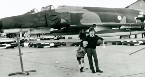 Фредерик Валентич и его младший брат Ричард на дне открытых дверей на базе ВВС в Эдинбурге, Южная Австралия (1970).