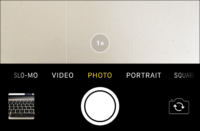 "The ""1x"" lens option while zooming in on an iPhone."