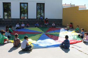 https://i1.wp.com/www.hoyjerezdeloscaballeros.es/archivos/201205/escolares-de-educacion-infantil-jugando-en-el-patio-del-centro-300xXx80.jpg