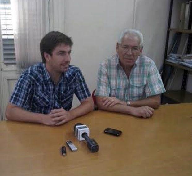 Juan Ustarroz acompaña a Roberto Cirillo cuando comunica su licencia