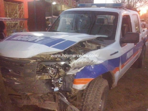 Fuerte choque entre un patrullero y una camionera familiar en 47 y 12