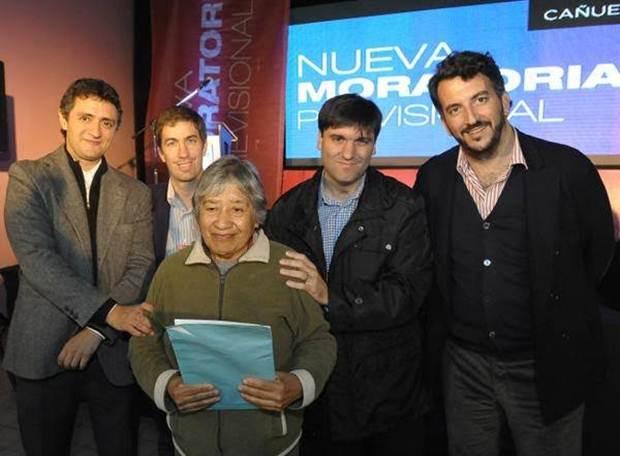 Ustarroz junto a Diego Bossio en Cañuelas en un acto de entrega de beneficios sociales